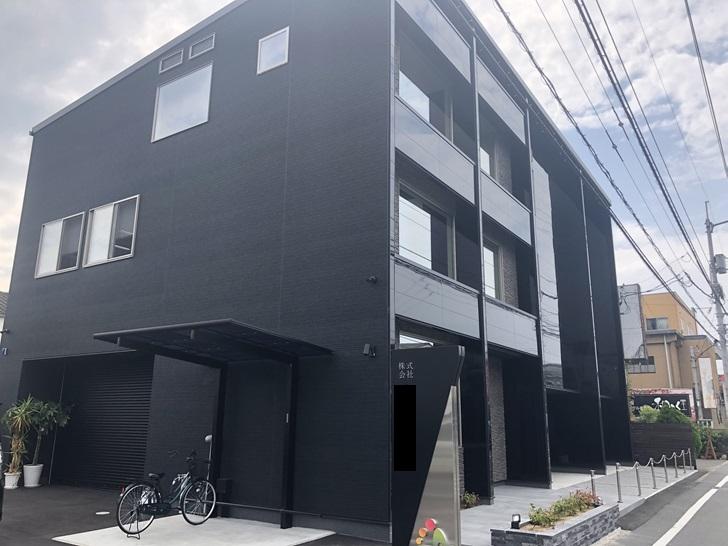 黒い外壁の会社